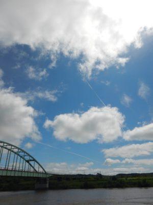 天塩大橋と飛行機雲