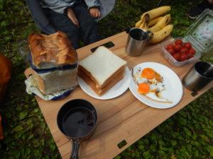 幸せな朝の食卓