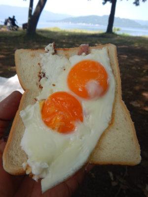 朝食の目玉焼きパン