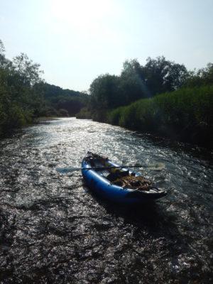 金色に光る川とカヌー