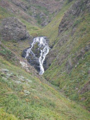 海に注ぐ滝