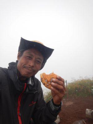 利尻山頂でマメパン
